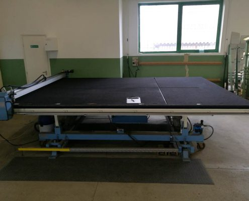 Glastronic semi-automatic glass cutting table