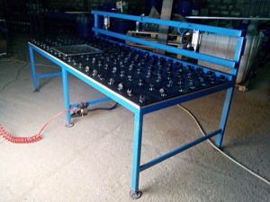 Glass sealing table with pres